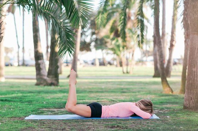Используйте мышцы бедра, чтобы поднять ноги, а не спину.