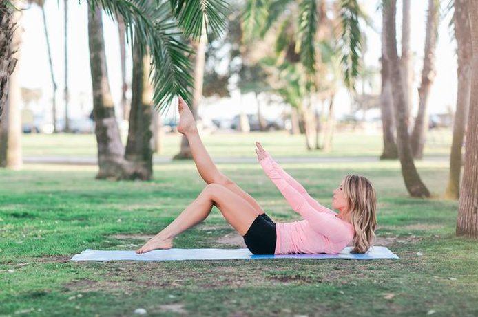 Сделайте перерыв на спине и заставьте мышцы живота работать