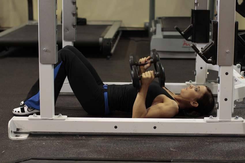Dumbbell Floor Press - Trisep Egzersizleri - GÜÇLÜYAŞA