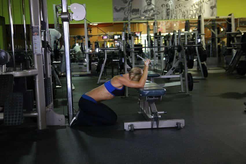 Knælende kabel Triceps-forlængelse - Tricep-øvelser - GÜÇLÜYAŞA