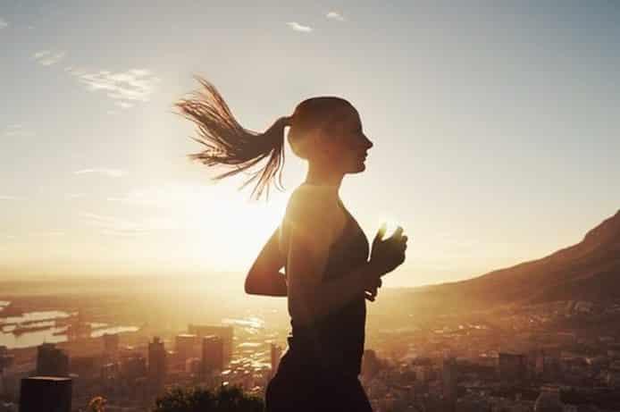 Şehirde Koşu Yapan Kadın