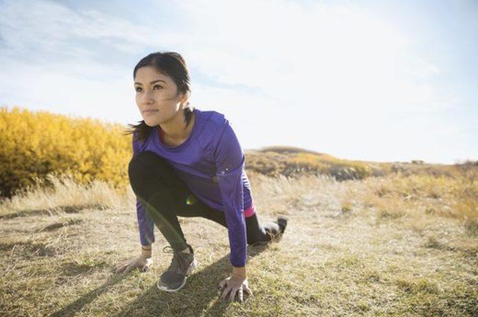 Amerikaanse vrouw joggen in de woestijn