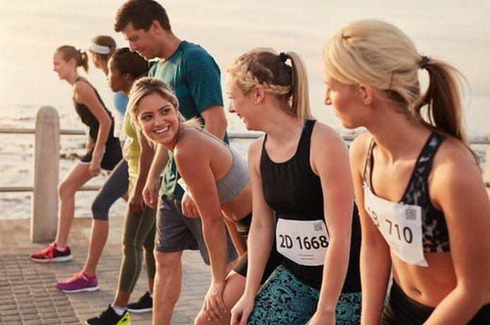 Vrouwen lopen Marathon op het strand voor de samenleving