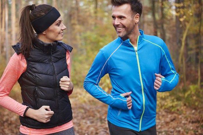 Mannen en vrouwen joggen en socializen in het bos