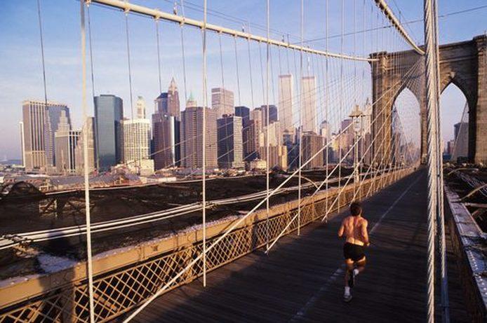 Toeristische Man loopt op de brug