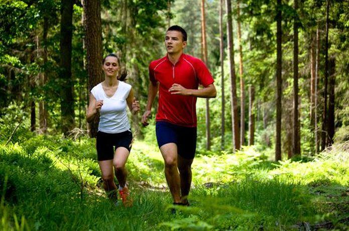 Vrouw en man lopen vrij in het bos