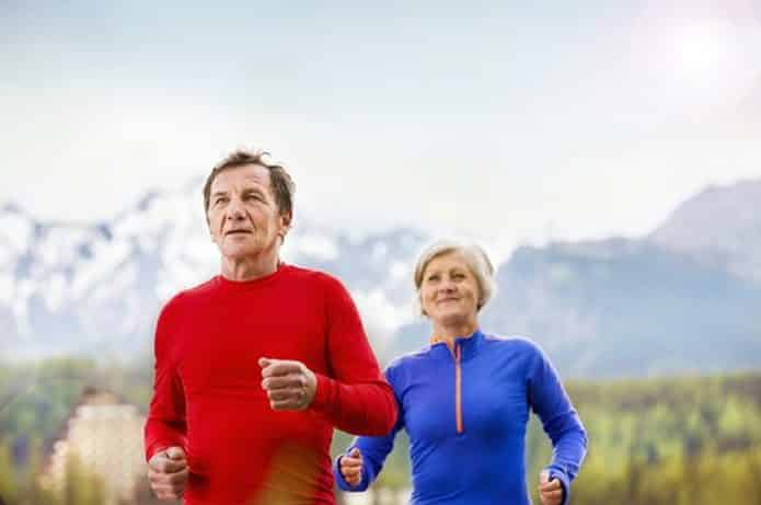 Oude man en vrouw joggen