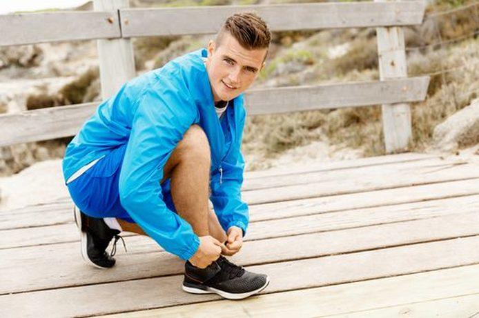 Koşu Ayakkabısını Bağlayan Genç Adam