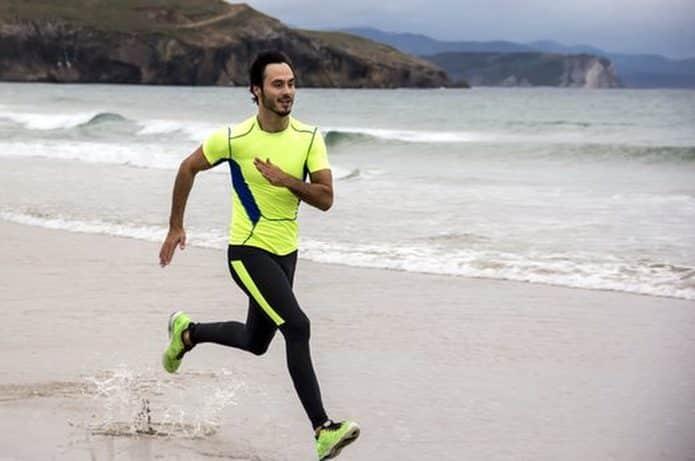Motiverende atleet uitgevoerd op het strand