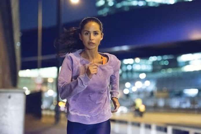 Vrouw joggen op straten van de stad