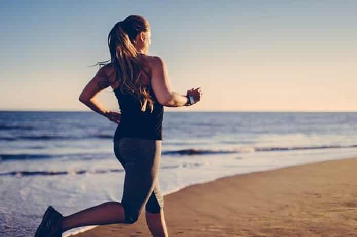 Sahilde Koşu Yapan Genç Ve Fit Kadın
