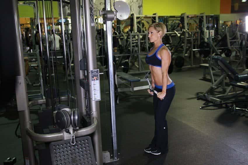 Triceps Pushdown med V-bar - Tricep øvelser - GÜÇLÜYAŞA